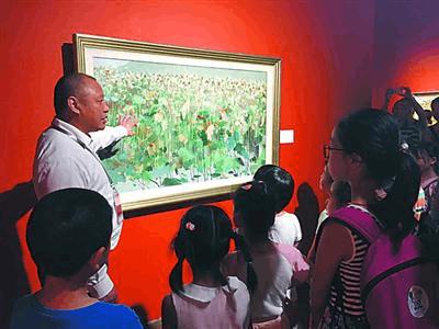 中华艺术宫开展党员志愿者服务 馆长给孩子们当讲解员