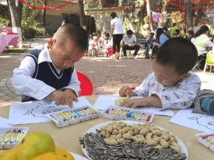 亲自手工做月饼 太原福利院孤残儿童欢乐过中秋