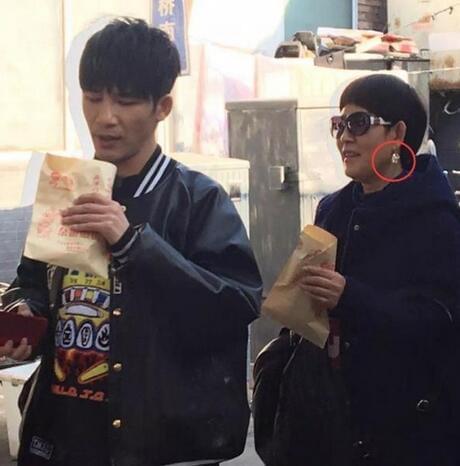 接地气!大张伟被偶遇北京胡同吃煎饼