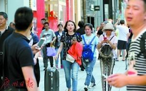 """中国游客赴日""""爆买""""落幕 人均购物金额下降"""