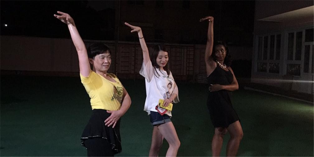 黑美人与上海阿姨PK广场舞 谁会赢?