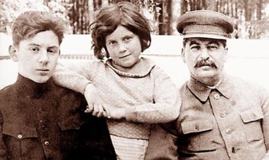 少年韦斯利(左一)与斯大林合影