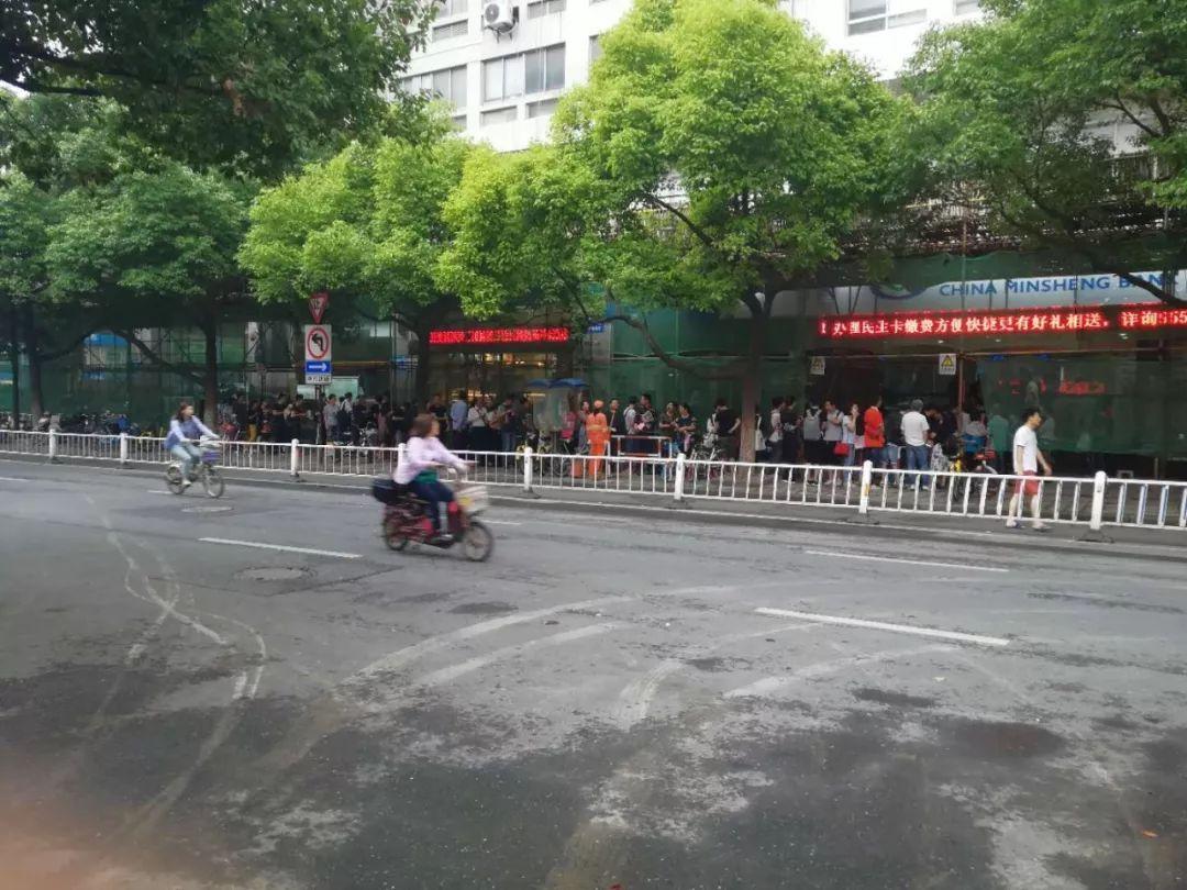 有人晕倒有人打架 这个周末杭州上演万人抢房