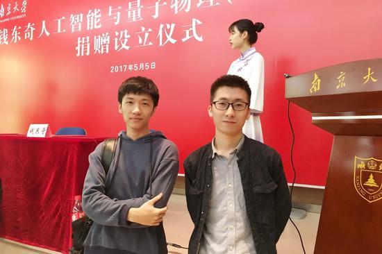 编者按:国内家用服务机器人品牌科沃斯机器人日前启动了第四届机器人创想秀大赛(大赛地址:http://robot.ecovacs.cn/),为机器人爱好者打造交流平台,展现创意,讲述与机器人的故事。在南京大学的活动推广期间,2016年创想秀设计一等奖的获得者BONI宠物伴侣机器人负责人赵正允和富云鹏接受了网易智能的采访,两位即将毕业的90后小鲜肉讲述了他们研发宠物伴侣机器人BONI的心路历程以及对于毕业后踏上创业之路的规划。 BONI宠物伴侣机器人项目负责人赵正允(左)和富云鹏(右) 文/小羿 从