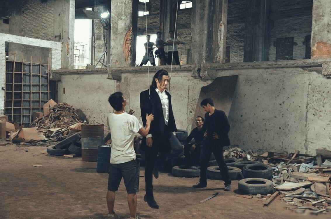 王嘉新剧吊威亚 自我安慰:旋转跳跃我闭着眼