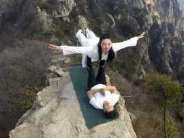 瑜伽爱好者悬崖绝壁练功