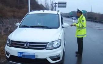 情侣高速路为亲嘴应急车道停车 被查是无证驾驶