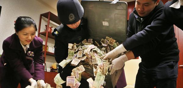 募捐箱攒40多公斤零钱 银行人员加班清点