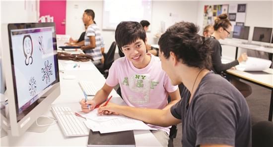 悉尼科技大学设计专业学生正在完成作业