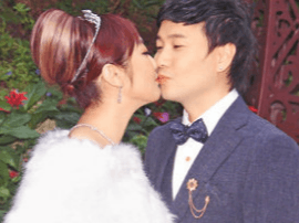 香港歌手叶文辉注册结婚 吻妻三次大秀恩爱