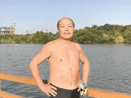 """泰州一老人坚持冬泳十年 """"老病号""""变成""""老铁人"""""""