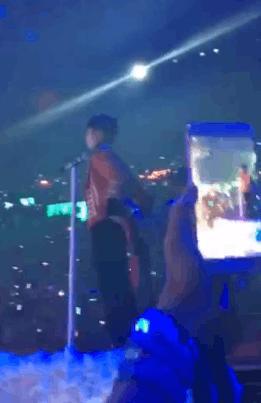 男粉丝激动高呼王俊凯名字 炫耀偶像跟其打招呼