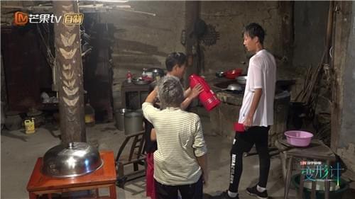 郑子豪为还债打工挣钱 欧曾缘学跆拳道遇难题