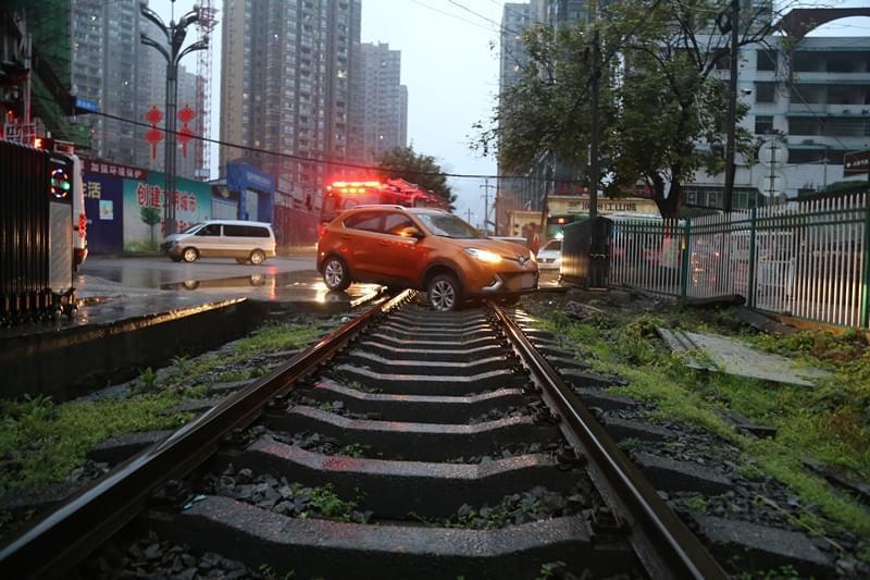 惊险!越野车跟着导航被困铁轨 火车快要来了(图)