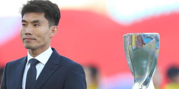 郑智携U23冠军奖杯入场 与里皮看台观战