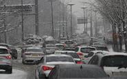 韩国遭暴雪袭城 交通瘫痪