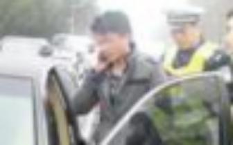 男子开豪车被记满12分 遇交警检查还闯关