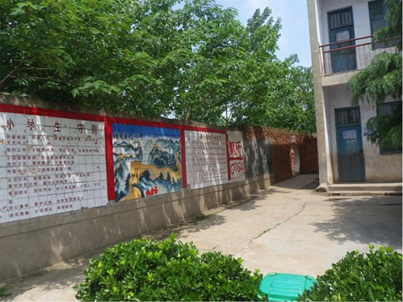 校园围墙的内壁上印有小学生守则