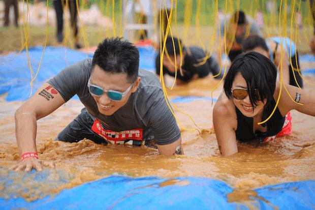 谭维维、刘畊宏现身泥泞跑,与2000人同场竞技