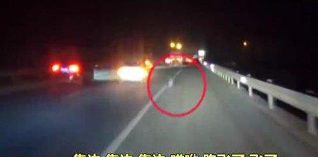 高速掉胎变三轮 警察拦不住女司机强开到服务区