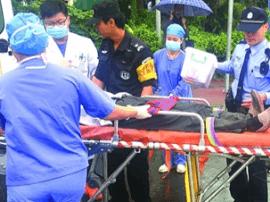 大沥男子遇事故倒地 警民合力冒雨救治伤者