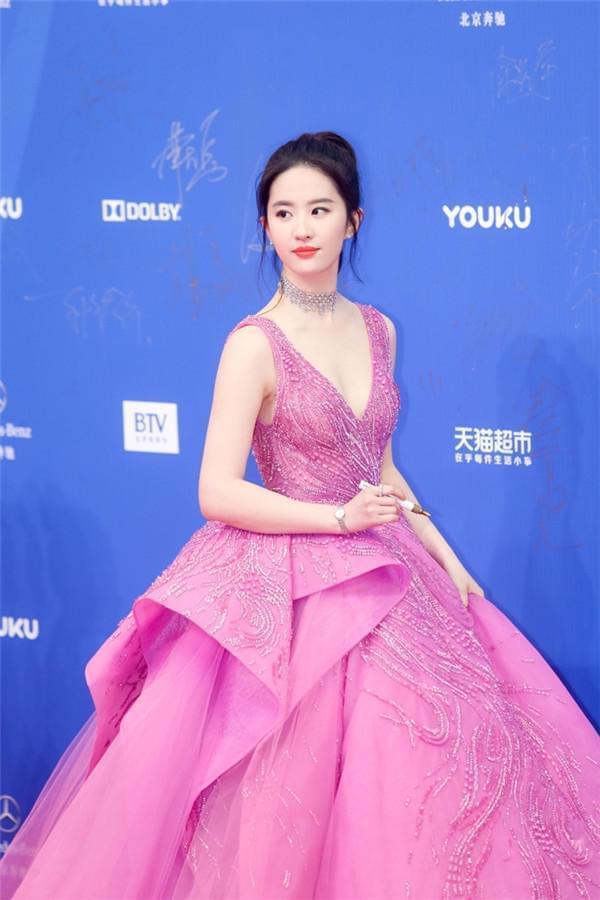 刘亦菲亮相北影节 一身长裙惊艳全场