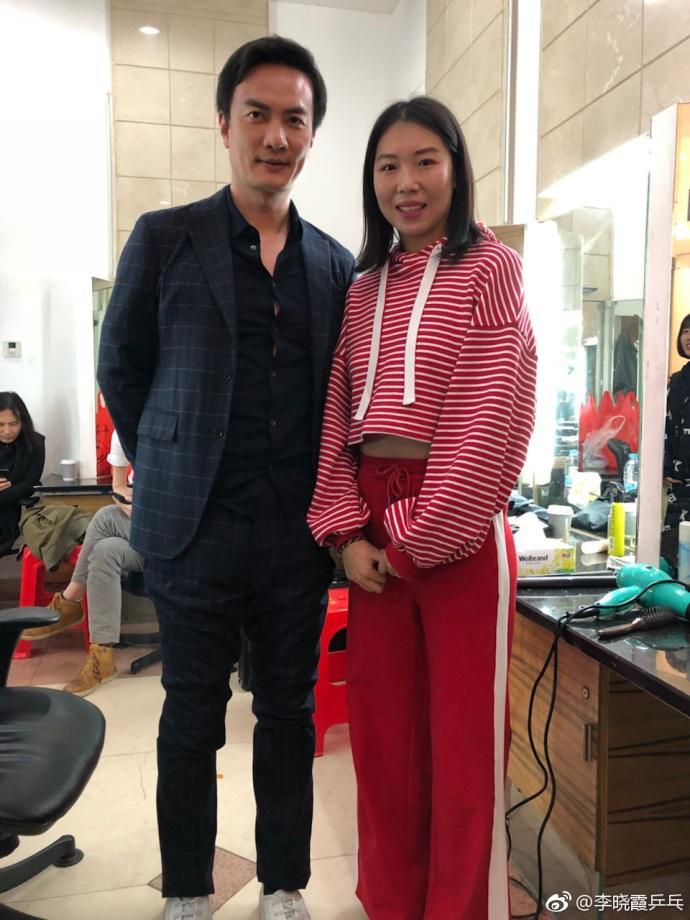 李晓霞与《歌手》众星互动:张韶涵太瘦分你点肉