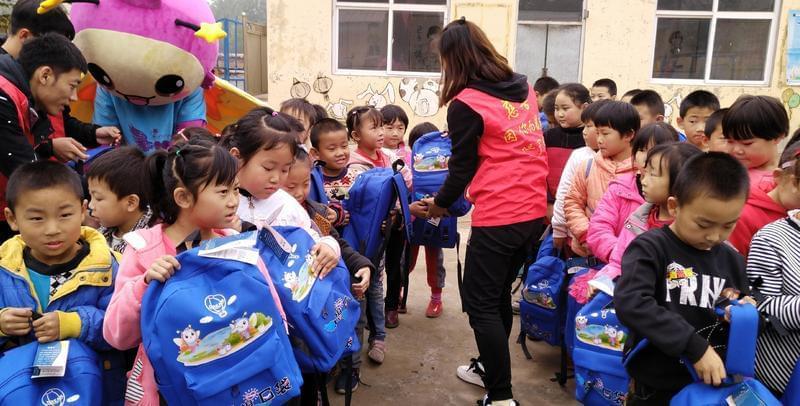 临城县7个贫困小学收到500个梦想包