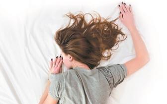 """""""垃圾睡眠""""比失眠还可怕 影响大脑排废"""