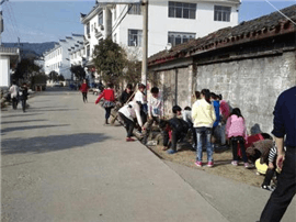 婺源县一学校路段坑洼 发生多起摔倒事故