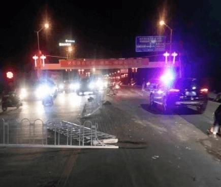 赤壁一男子酒驾 造成护栏及三车受损