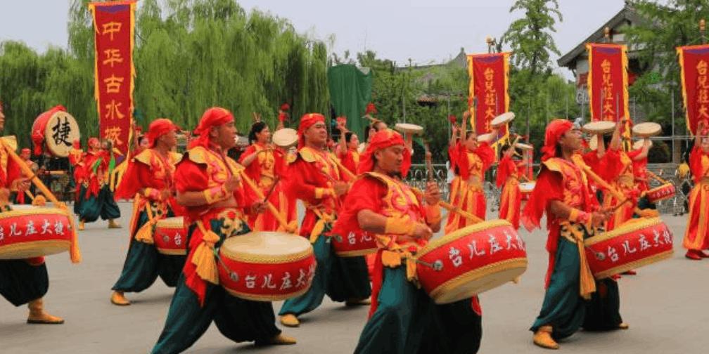 暑期首个周末 爱国情怀热遍台儿庄古城