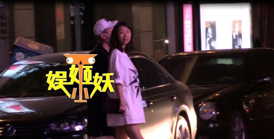 孙红雷夫妇游日本被网友偶遇 妻子宽松T恤孕味浓