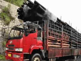 大货车运输木材半路起火 民警及时扑救