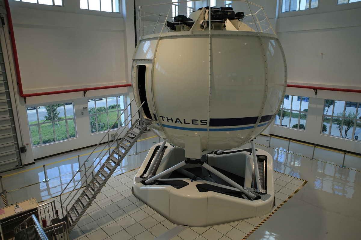 这是泰雷兹第一部100%全电动的Hexaline六轴运动系统的直升机模拟机,与液压和气动系统相比,Reality H基本做到了零维修,不仅耗能少,搭建也更简单。