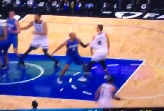 【影片】衝突!Afflalo揮拳相向反遭Bjelica鎖喉,雙雙被罰下!-籃球圈