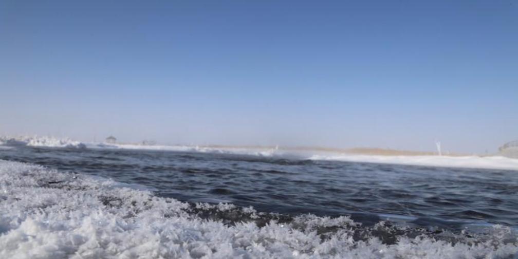 新疆巴里坤草原冬日冰河美