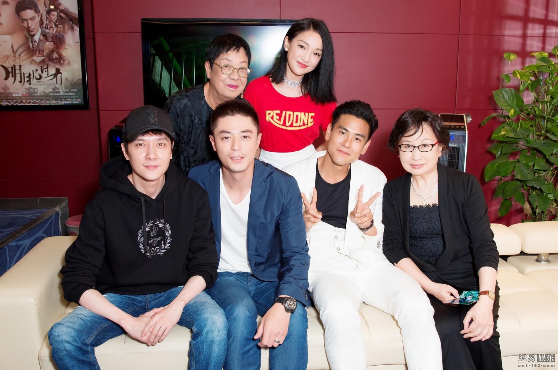《明月》首映 冯绍峰到场力挺王凯惊喜现身