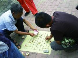 沧州一市民误入街头象棋残局 输掉3000