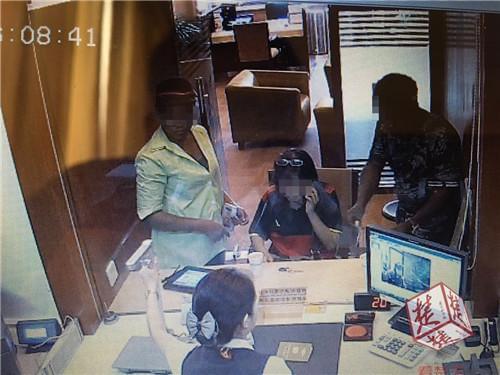 女子相信外国人黑纸变美元 被骗120万