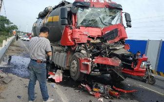 水泥罐车与大货车追尾 司机被困