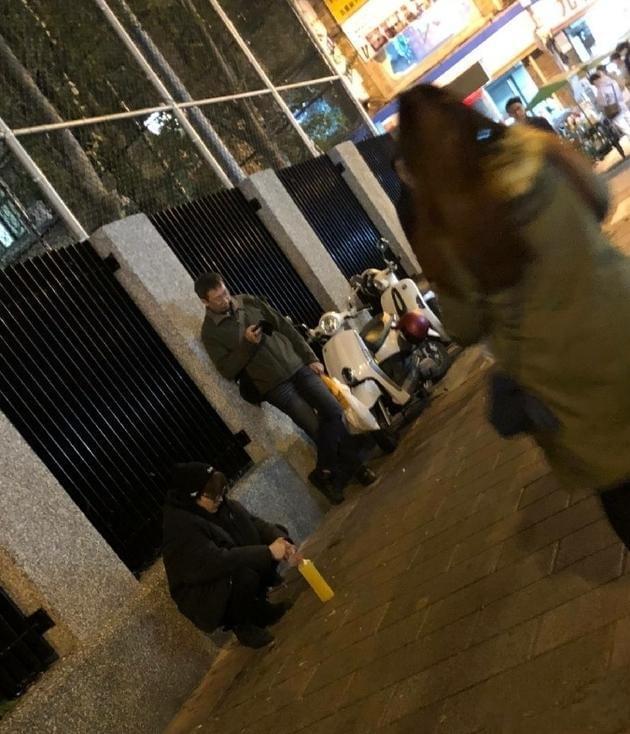 杨洋逛台北夜市被偶遇 路边半蹲也很显眼