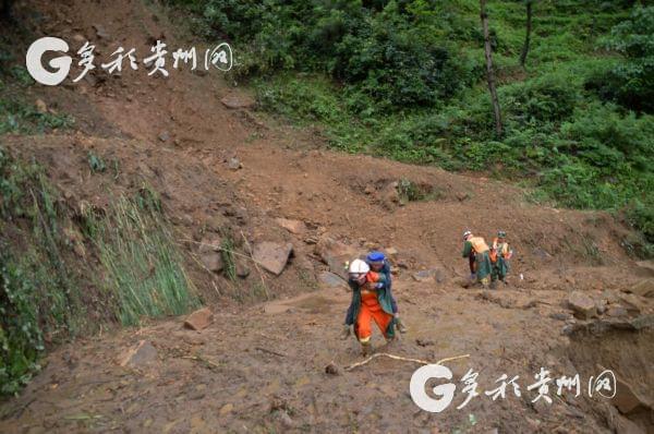 黔西消防淤泥中背出群众生的希望