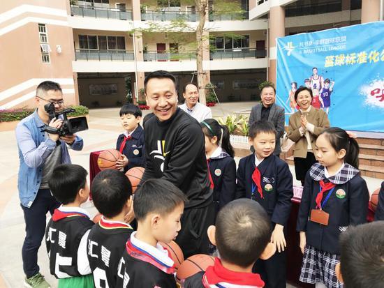 篮球标准化课程进校园 李群亲自指导学生训练