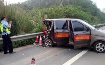 防城港:兰海高速公路上货车追尾面包车 一死二伤