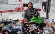 90岁老人每天出摊卖鞋垫