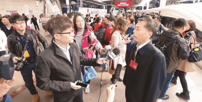 山西省十九大代表抵京 引众多媒体热切关注