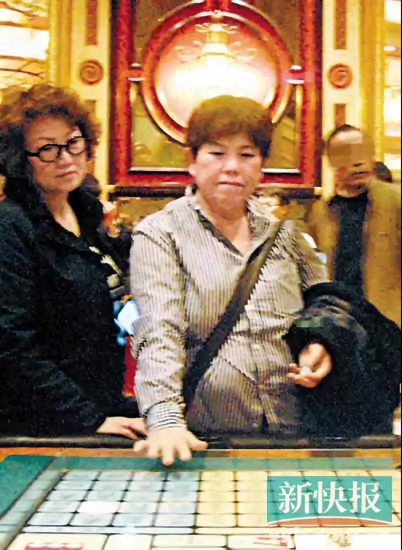 蔡少芬的母亲被香港记者拍到在澳门豪赌 / 新快报