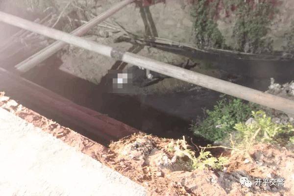 水渠惊现男尸 到底是他杀还是事故?警方展开调查