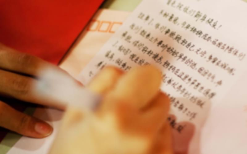 他们的双手被手铐束缚在腰间,不能写字,我成了他们的记录员。